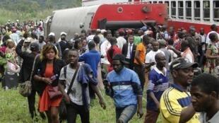 Au Cameroun, les passagers évacuent le train qui a déraillé à Esaka, le 21 ocotbre 2016.