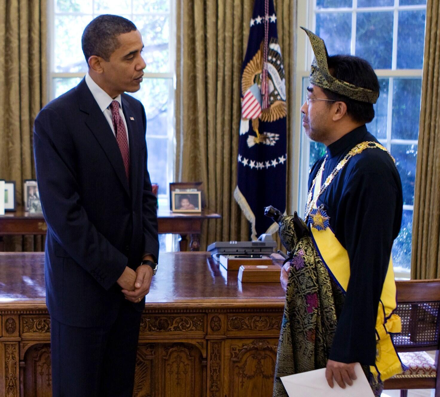 Tổng thống Hoa Kỳ Obama (P) tiếp ông Jamaluddin Jarjis, được bổ nhiệm làm Đại sứ Malaysia tại Mỹ, Phòng Bầu dục, Washington, 04/11/2009.