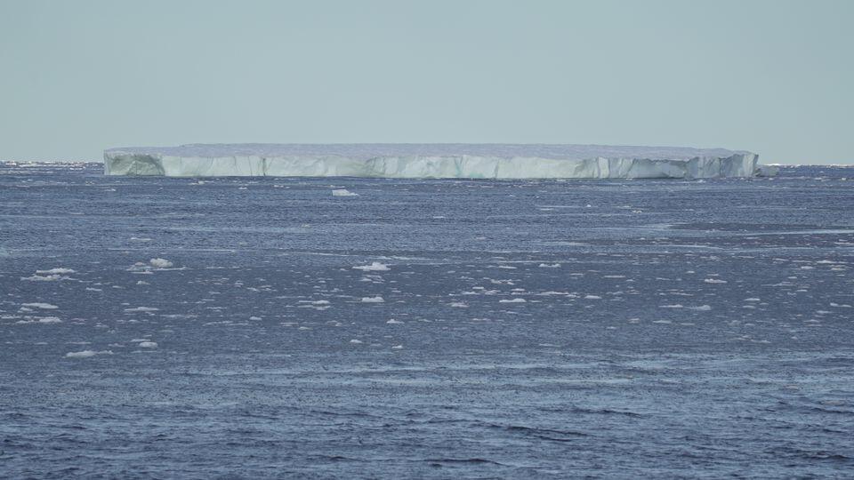 Karamin tsaunin kankara akan tekun Arctic.
