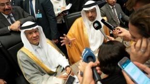 L'ex ministre saoudien de l'Energie Khaled al-Falih (à droite) et son successeur le prince Abdel Aziz ben Salmane, le 1er juillet 2019 lors d'une réunion de l'Opep à Vienne