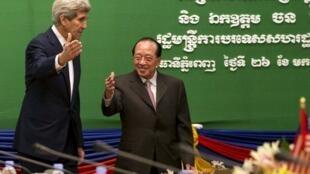 Ngoại trưởng Mỹ John Kerry gặp đồng nhiệm Cam Bốt Hor Namhong tại Phnom Penh ngày 26/01/2016.
