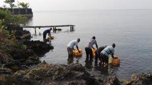 Sur la « plage du peuple », à Goma au bord du Lac Kivu, un commerce informel d'eau du lac se développe. Goma, le 16 février 2017.