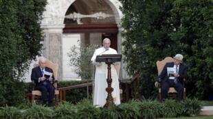 O papa, Shimon Peres (à esquerda) e Mahmoud Abbas, no Jardim do Vaticano.