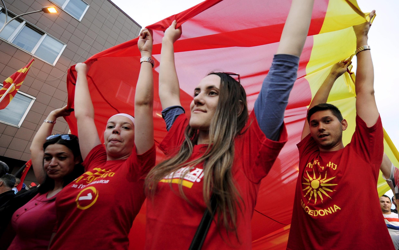 Des dizaines de milliers de partisans du VMRO-DPMNE, le parti au pouvoir, ont défilé lundi 18 mai à Skopje en soutien au Premier ministre Nikola Gruevski.