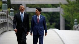 """شینزو آبه""""، نخست وزیر ژاپن، و """"باراک اوباما""""، رئیس جمهوری آمریکا، ٢٦ ماه مه ٢٠١٦ در شهر ایزه هنگام برگزاری اجلاس هفت کشور صنعتی جهان """""""