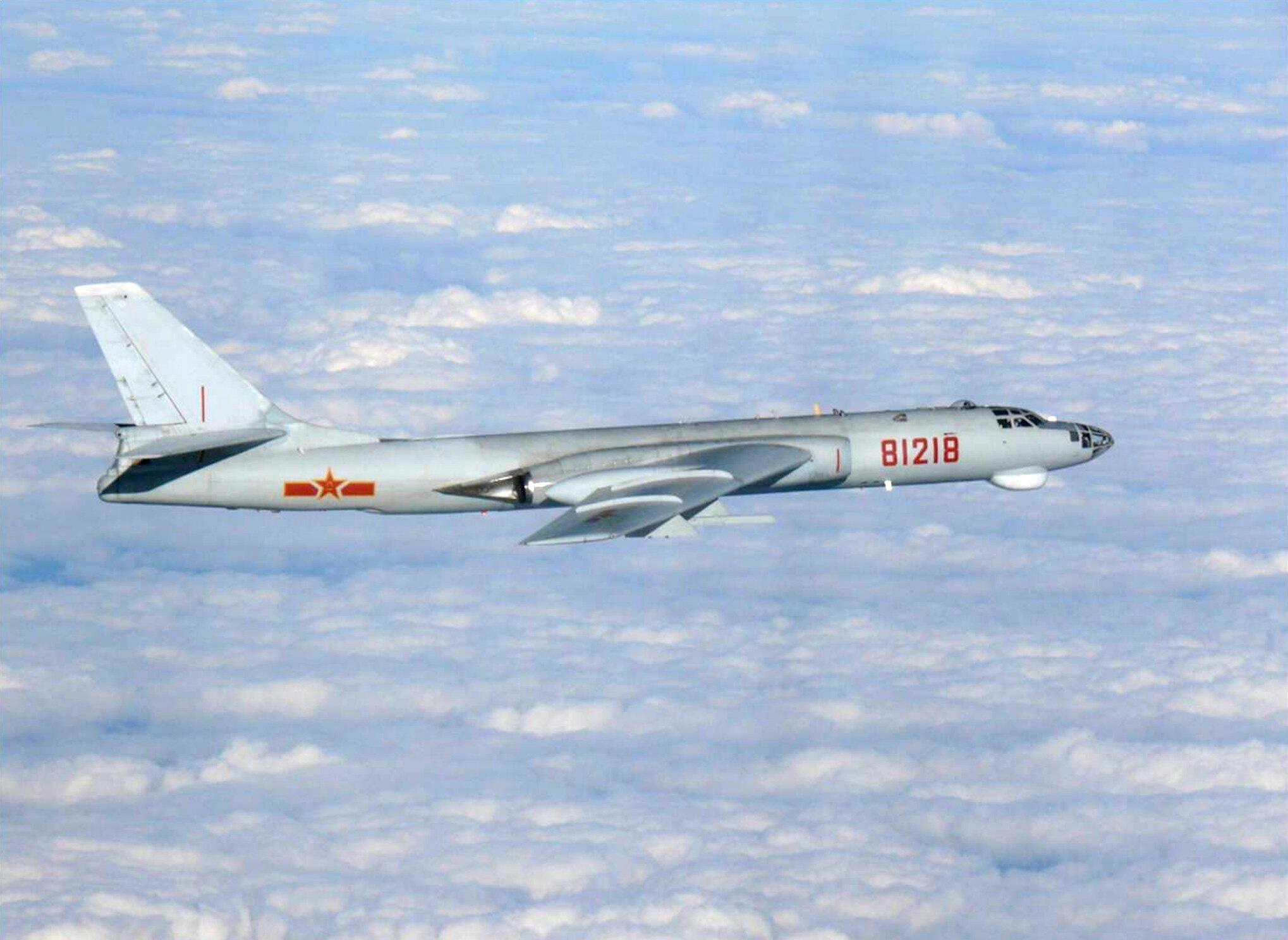 Ảnh oanh tạc cơ H6 của Trung Quốc bay ở vùng giữa đảo Okinawa và  Miyako, 26/10/2013.