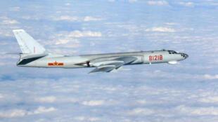Ảnh minh họa : oanh tạc cơ Trung Quốc H-6G bay ở vùng giữa đảo Okinawa và Miyako, Nhật Bản, tháng 10/2013.