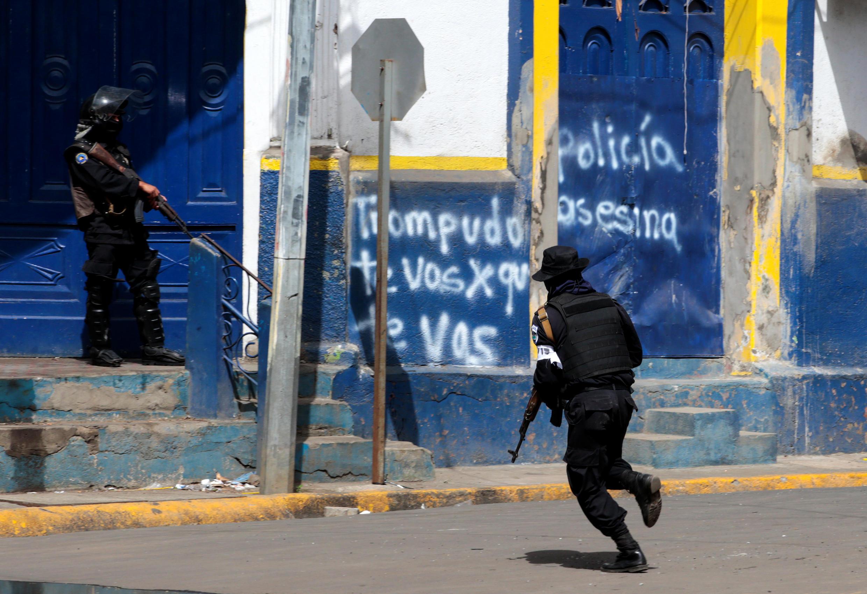 Un policier anti-émeute, lors d'affrontements avec des opposants, à Masaya, au Nicaragua, le 13 juillet 2018.
