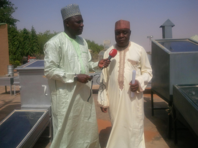 Bashir Ibrahim Idris tare da Engr. Garba Ribah na cibiyar binciken makamashi a Jami'ar Dan Fodio da ke jihar Sokoto a Najeriya