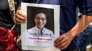 Un manifestante muestra un retrato del desaparecido activista tailandés Wanchalearm Satsaksit el 8 de junio de 2020 en el exterior de la embajada de Camboya en Bangkok