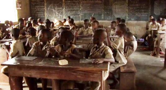 Des écoliers dans une école de la 2è chance au Bénin.