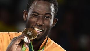 Cheick Sallah junior Cisse pose avec sa médaille d'or sur le podium après l' épreuve de taekwondo des hommes dans la catégorie -80 kg à Rio, le 19 Août 2016.