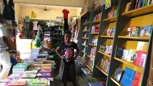 Ramatou aime l'univers de la librairie de Bonoua.