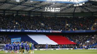 Bandera francesa en las gradas del partido Chelsea/Norwich City, este 21 de noviembre de 2015.