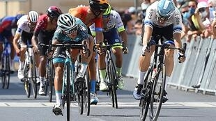 Le Français Bryan Coquard (g) franchit la ligne d'arrivée de la 1re étape de la Route d'Occitanie, à Cazouls-les-Béziers, le 1er août 2020