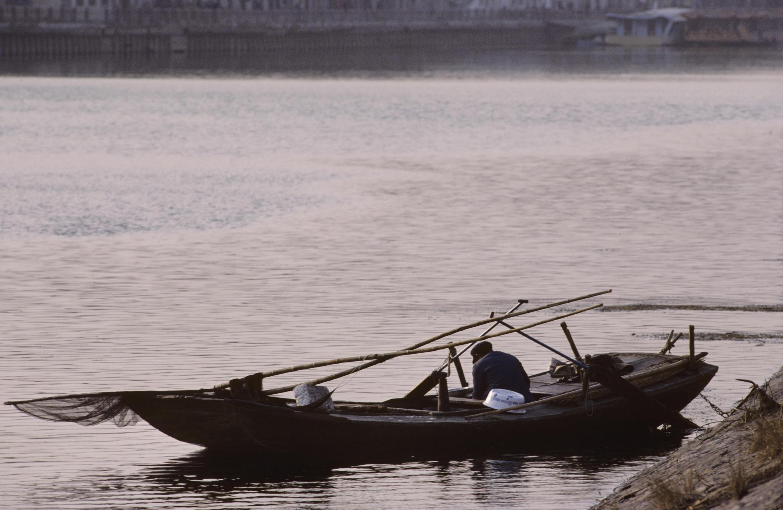 Photo non datée d'un pêcheur sur le fleuve Hai He, à Tianjin.