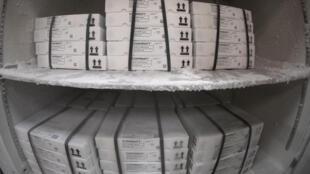 Cajas de la vacuna de Pfizer/BioNTech contra el coronavirus almacenadas en un refrigerador de un almacén de los hospitales públicos de París, el 30 de marzo de 2021 en la capital francesa