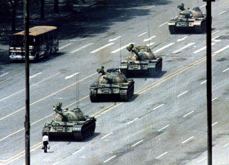 """Cette photo a été prise le 5 juin 1989. Devenue mondialement célèbre sous le nom de """"l'homme au tank"""" ou """"le manifestant inconnu, a été prise par un photographe de l'Associated Press. Elle incarne depuis 25 ans le souvenir de Tiananmen."""