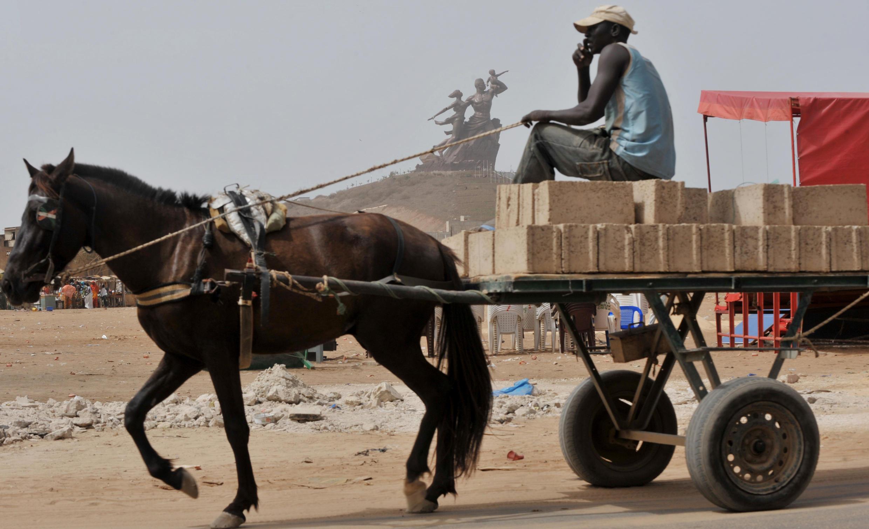 Un cheval transporte des briques pour la construction d'un édifice, à Dakar. (photo d'illustration)