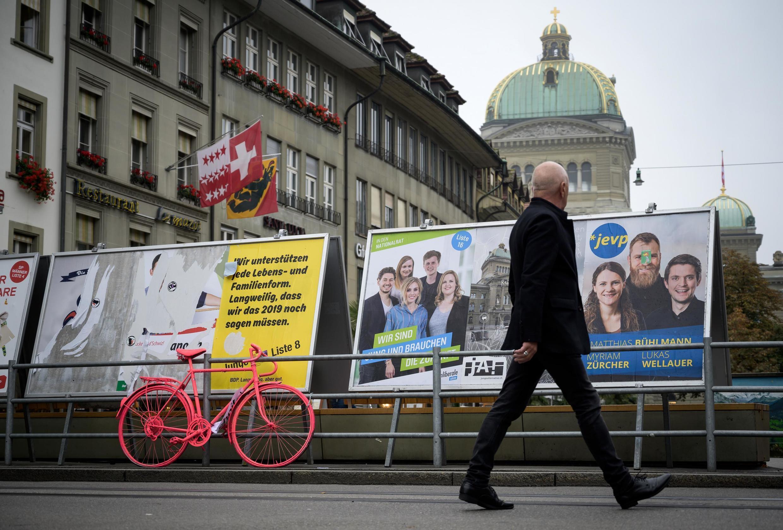 """Afiches de las dos fuerzas """"fenómeno"""" en estas elecciones parlamentarias: Los verdes y la extrema derecha de la UDC"""