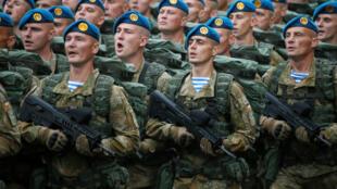 Soldados ucranianos desfilam pelos 25 anos de independência do país em Kiev, nesta quarta-feira, 24 de agosto de 2016.