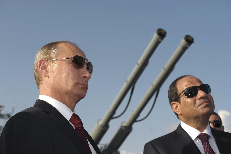 Vladimir Putin na Abdel Fattah Al-Sissi wakiwa ndani ya gari ya kijeshi yenye silaha ya kurusha makombora iitwayo «Moskva» mjini Sotchi, Agosti 12 mwaka 2014.
