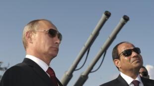 Vladimir Poutine et Abdel Fattah al-Sissi à bord du croiseur lance-missiles «Moskva» à Sotchi, le 12 août 2014.