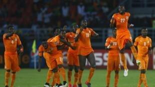 Les joueurs ivoiriens exultent : ils sont champions d'Afrique 2015 à l'issue d'une longue séance de tirs au but face au  Ghana.