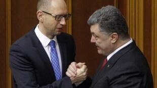 Rais wa ukraine Petro Poroshenko akipeana mkono na waziri mkuu Arseny Yatseniuk, Septemba 16, 2014