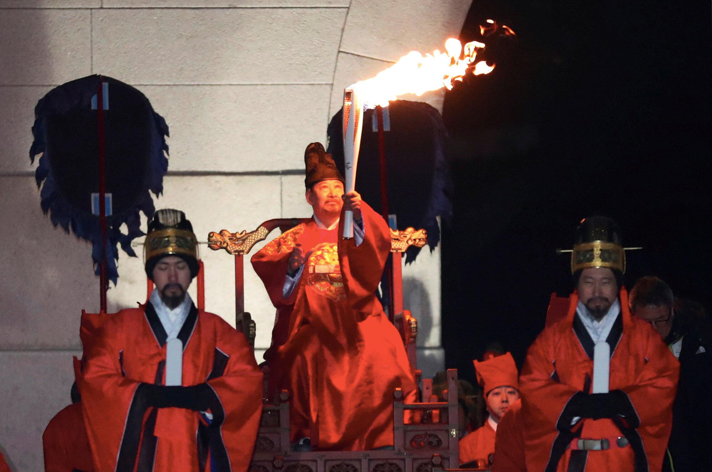 Lễ rước đuốc Thế Vận Hội Mùa Đông trong trang phục truyền thống tại Seoul ngày 13/01/2018.