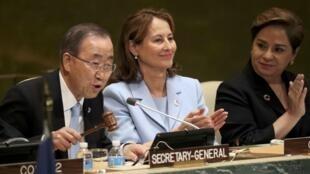 Le secrétaire général de l'ONU Ban Ki-moon (g) et la ministre française de l'Environnement Ségolène Royal (c) dont le pays a présidé la COP21, ce mercredi 21 septembre 2016, à New York.