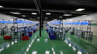 Une usine de fabrication de smartphones, basée à Lagos au Nigeria.