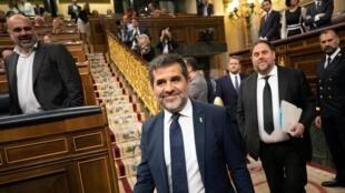 從被押的馬德里附近監獄出來到國會參加議員宣誓開幕式的西班牙分離分子佐爾迪•桑切斯(Jordi Sanchez)與歐里鷗•軍格拉斯(Oriol Junqueras)   2019年5月21日