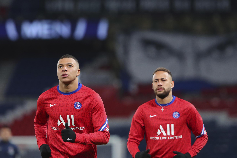 Mbappé (à esquerda) e Neymar formam uma dupla de ataque que fascina os torcedores franceses.