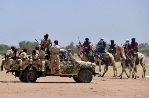Des soldats de l'armée nigérienne patrouillent dans le nord du pays, en septembre 2010.