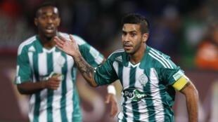 Mohsine Moutaouali du Raja Casablanca (R) célèbre son but contre l'Atletico Mineiro lors de leur match de football semi-finale de la Coupe du Monde des Clubs de la FIFA au stade de Marrakech 18 Décembre 2013.