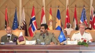 Mustafa Abdel Jalil, presidente do Conselho Nacional de Transição (à esquerda), pediu à Otan que mantenha o respaldo à rebelião.