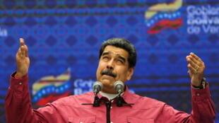 """Enquanto comunidade internacional questiona eleições legislativas na Venezuela, Nicolás Maduro celebra resultado do """"voto soberano"""""""