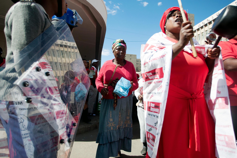 Le 16 juillet 2016, à Bulawayo, des femmes manifestent en tapant sur des casseroles vides, répondant à la campagne #BeatThePot lancée par le Mouvement démocratique pour le changement.