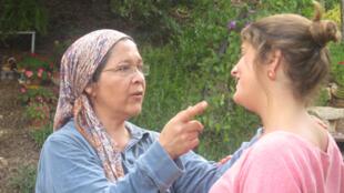 Dina (izq.) tiene 48 años, es mexicana y a los 15 años se instaló con su familia en Jerusalén. Desde 1991 vive en Eli. A menudo recibe a jóvenes de otros países para explicarles su experiencia.