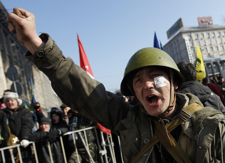 Um manifestante em  Kiev, capital da Ucrânia, em 21 de fevereiro de 2014.