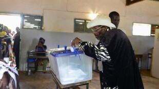 Votação perto da Gorongosa (centro) para as eleições autárquicas de 20 de Novembro de 2013