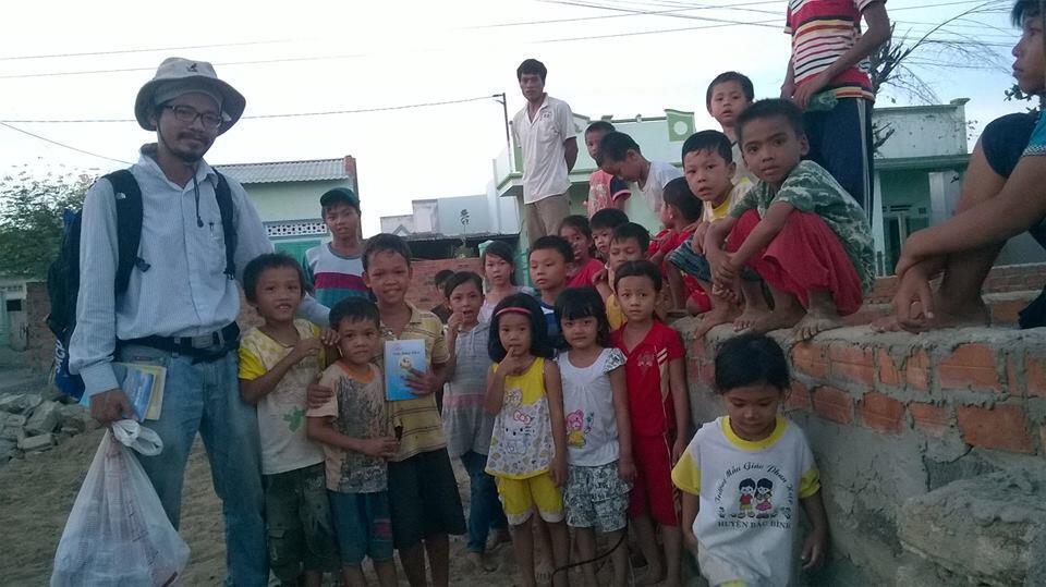 Nguyễn Quang Thạch mang sách đến với trẻ em nông thôn. Hình chụp tại tỉnh Ninh Thuận.