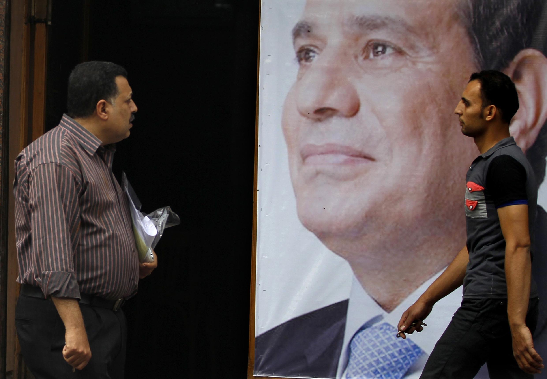 Cử tri Ai Cập trước áp phíhc tranh cử của thống chế Abdel Fattah al-Sissi - REUTERS /Amr Abdallah Dalsh
