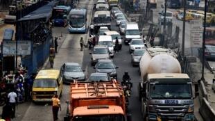 Avec la fermeture partielle du pont principal de la ville, se déplacer est devenu un enfer pour ses 20 millions d'habitants. Aux heures de pointe, l'entrée du Third Mainland Bridge se transforme en un gigantesque goulot d'étranglement pour les voitures.