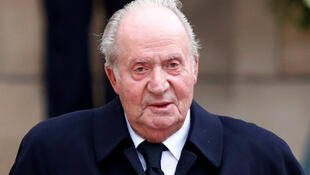 L'ex-roi d'Espagne, Juan Carlos, sort de la cathédrale Notre-Dame de Luxembourg, le 4 mai 2019, après avoir assisté aux funérailles du grand-duc de Luxembourg.