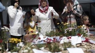 Mulheres homenageiam mortos em incêndio em mina na Turquia.