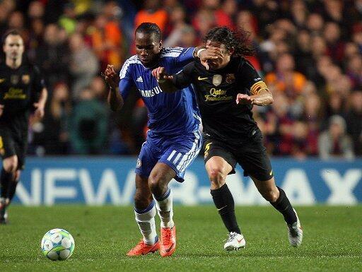 Mshambuliaji wa Chelsea Didier Drogba na beki wa Barcelona Puyol