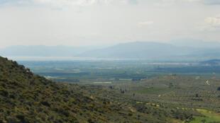 Vue de la plaine littorale d'Argolide, en Grèce.