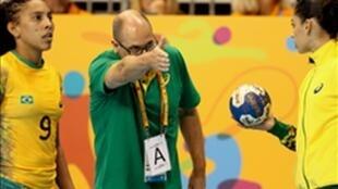Seleção feminina brasileira de handebol, comandada pelo técnico Morten Soubak.